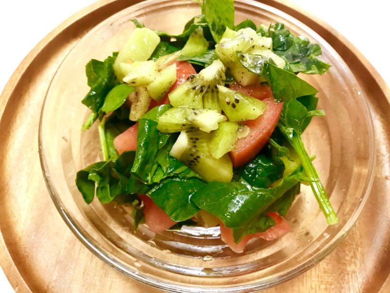 キウイとほうれん草とトマトのフレッシュサラダ