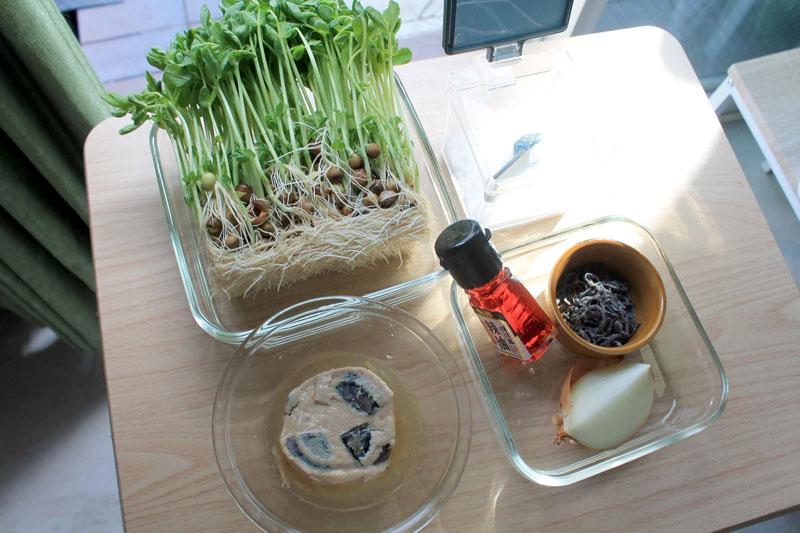 さば缶と豆苗のピリ辛和え-材料
