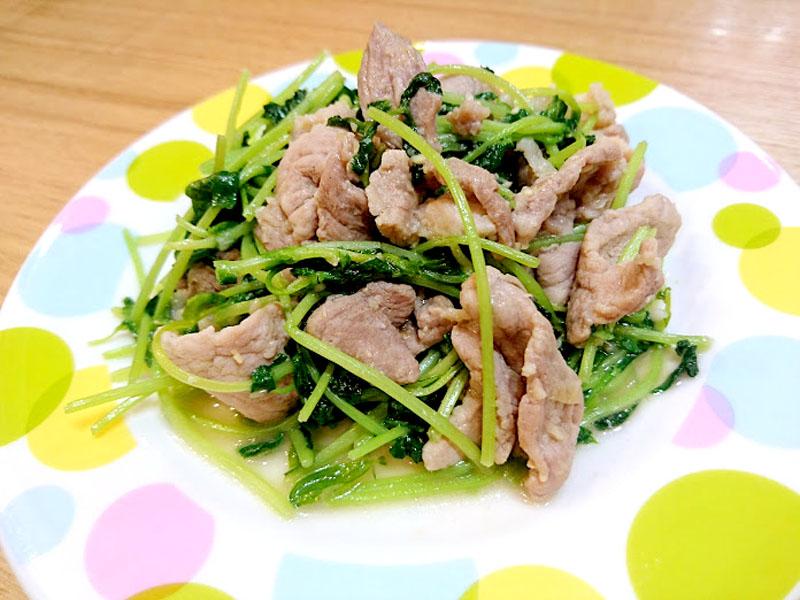 豆苗と豚肉のにんにく味噌炒め